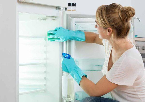 s'il est neuf, essuyez-le avec une solution tiède savonneuse avec une cuillère à soupe de 9% de vinaigre par litre d'eau - vous vous débarrasserez ainsi de l'odeur de plastique neuf;