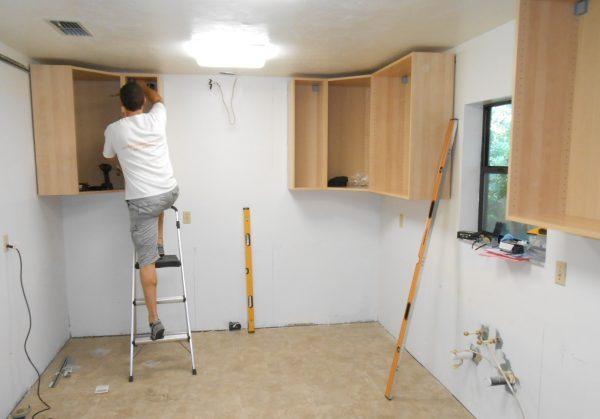 Les portes sont fabriquées et suspendues en dernier lieu, car elles devront être personnalisées.