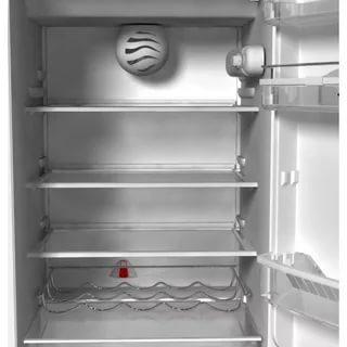 À première vue, tout va bien et vous pouvez allumer le réfrigérateur sur le réseau - ne le faites pas tout de suite, laissez l'appareil en veille.