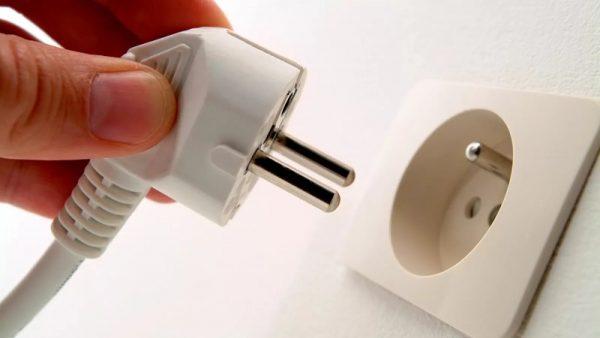Isključite utikač iz napajanja, čak i ako je proizvođač predvidio gumb za isključivanje