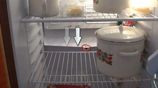 Provjerite da u otvoru za odvod kondenzata ili vode nema stranih predmeta.