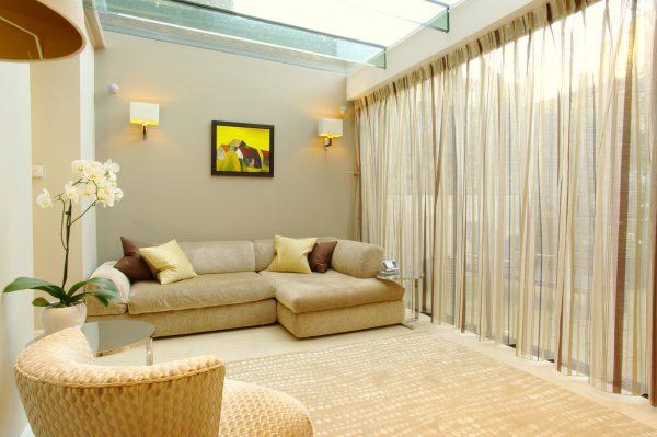 Pageidautina naudoti šviesius atspalvius: smėlio spalvos, grietinėlės, miltelių, permatomos geltonos spalvos.