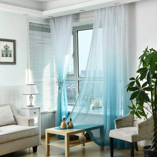 Taigi, kad visos namo užuolaidos harmoningai tekėtų į interjerą, svarbu jų dizaine atsižvelgti į ne tik aplinkos spalvų schemą, bet ir langų dydį.