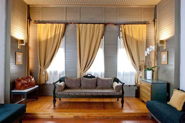 Lizdiniai langai arba tiesiog siauros langų angos sureguliuojamos pagal karnizo ilgį - jis turėtų išsikišti iš abiejų pusių 25 cm.