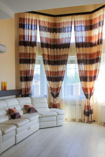 Vizualiai išplėsti lango angą padės dabartinė šio sezono figūra - horizontalios juostos.