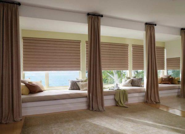 Žemą, pailgą langą gali subalansuoti lubų karnizas, kuris neišsikiša už lango angos, kartu su sunkiomis paprastomis užuolaidomis ant dekoratyvinių žiedų.