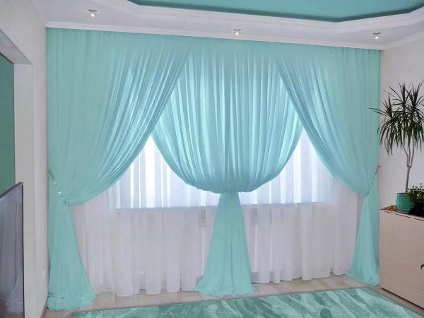 Eklektika ir palėpės stilius reiškia lango erdvių atvirumą, jiems sveikintina, kad visiškai nėra užuolaidų ar lengvo nesvarumo tiulio be rašto.